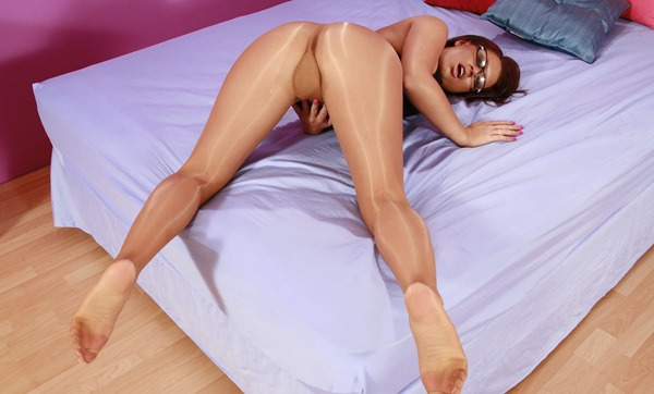 babe-playing-in-shiny-pantyhose